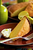 Rum cake with cream and limes