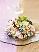 Bunter Salatteller mit Shrimps und Broccoli