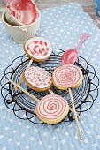 Biscuit lollies with icing sugar
