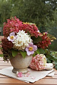 Herbststrauss mit Hortensien auf Gartentisch