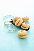 Spiced macaroons with apple jam