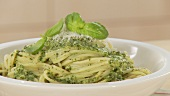 Spaghetti con pesto alla genovese (pasta with basil sauce)