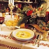Ein Teller Kürbissuppe am festlichen Weihnachtstisch