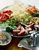 Gemischter Salatteller mit Roastbeef