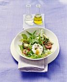 Salatteller mit pochierten Eiern