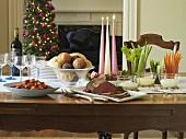 Weihnachtstisch mit Rinderfilet, Tomatensalat und Rohkost