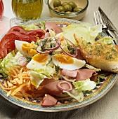 Salatteller mit Schinken und Eiern