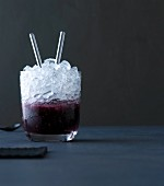 Brambirinha: cocktail with blackberry liqueur and crushed ice