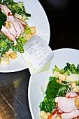 Zwei Salatteller in Restaurantküche