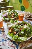Grosser Salatteller mit Dressing