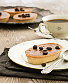Shortcrust cakes with chocolate-coffee cream