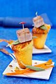 Mini carrot cakes with fried tuna