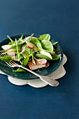 Spinach salad with radishes and tofu