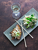Grilled tuna and Chinese noodles with spring onions and asparagus