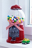 Bubblegum machine with bow and toy car
