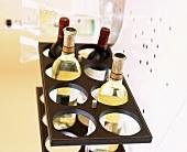 Verschiedene Weinflaschen im Gestell auf dem Weihnachtstisch