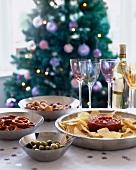Verschiedene Appetizer und Weisswein auf dem Weihnachtstisch