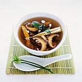 Chicken broth with dried mushrooms (China)