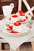 Pannacotta con le fragole (panna cotta with strawberries, Italy)