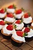 Muffins with cream and strawberries