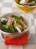Spinach salad with lamb fillet and chickpeas