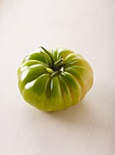 A green tomato of the variety 'Evergreen'