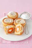 Vanilla muffins filled with apricots and mascarpone