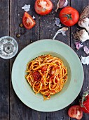 Linguine with tomato and garlic sauce