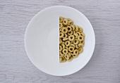 Halbierte Portion Loops in weißer Schale (Aufsicht)