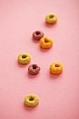 Frühstückscerealien auf rosa Hintergrund