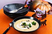 Cream of parsley soup with pumpernickel cats