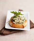 Crostini with chicken and rocket topping