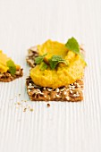 Crispbread with chickpea purée and mint