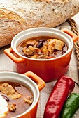 Chilli soup with kidney beans, chicken and bread