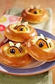 Hefegebäck mit Aprikosen-Bienchen