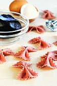 Flavoured paste: beetroot farfalle with egg