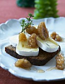 Pumpernickel topped with Camembert and honey nuts (Christmas)