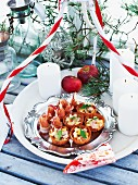 Spicy tartlets with apple and ham for Christmas