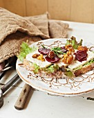 Slices of bread with goat's cheese, beetroot and caramelised walnuts