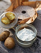 Herb quark, potatoes and crispbread for a spring picnic