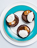 Chocolate tartlets with salted caramel and meringue