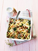 Tagliatelle gratin with spinach, mushrooms and cheese