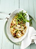Spaghetti with dried tomatoes and rocket