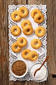 Aniskringel, Anissamen und Zucker auf Tortenpapier