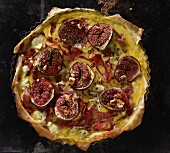 A puff pastry fig, smoked ham and feta cheese quiche (seen from above)