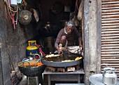 Strassenverkäufer bereitet Jalebi (frittierte Kringel, Indien) zu