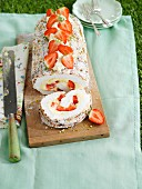 Meringue roulade with strawberries for a picnic