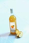 A bottle of 'Boskoop' apple juice and apple quarters
