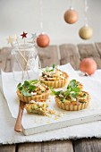 Spicy tartlets with turkey, ricotta, pears and watercress