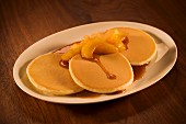 Pancakes with peaches and syrup (USA)